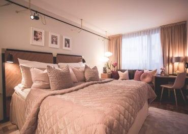 Checka in på Clarion Hotel Amaranten i Rosa rummet