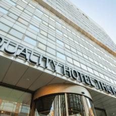 Tre hotelldirektörer checkar in på Quality Hotel