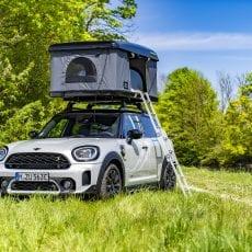 Hemestra i naturen med MINI: elektrifierade campingbilar med taktält